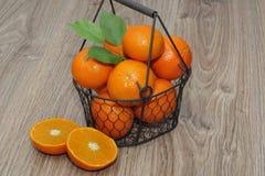 Clementines i en korg Arkivfoton