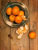 Clementines på träbräde Fotografering för Bildbyråer