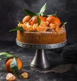 Clementines polenty tort, ciemny tło obraz royalty free