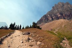 CLEMENTS MOUNTAIN TOWERING ABOVE HIDDEN LAKE HIKING TRAIL ON LOGAN PASS DURING 2017 FALL FIRES IN GLACIER NATIONAL PARK MONTANA US royalty free stock photos
