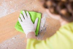 Clening golv för kvinna med torkaren royaltyfri fotografi