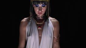 Cleopatra che indossa i vestiti egiziani antichi ed il trucco cerca archivi video