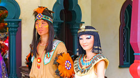 Cleopatra en inheemse Indiër in disneyland Hongkong Stock Foto's