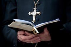 Clergé avec la croix et la bible image stock