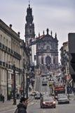 Clerigos-Kirche und Oporto-Straße Stockfotografie