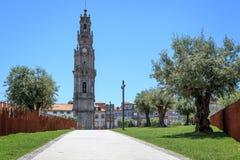 Clerigos kyrkliga Klocka torn i Porto Arkivbilder