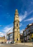 Clerigos står hög i Porto Arkivfoto