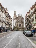 Clerigoskerk en straat in Porto, Portugal Stock Foto's