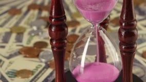 Clessidra che sta sulle monete e sulle banconote Fine in su archivi video