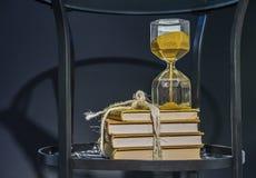 Clessidra con giallo sabbia Clessidra d'annata fotografie stock libere da diritti