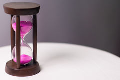 Clessidra con la sabbia rosa Immagine Stock