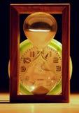 Clessidra contro gli orologi fotografia stock
