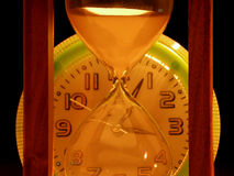 Clessidra contro gli orologi immagine stock