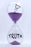Clessidra di bugie e di verità fotografie stock