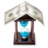 Clessidra e soldi Fotografie Stock Libere da Diritti