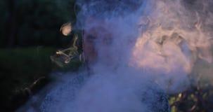 Clessidra su un primo piano blu del fondo archivi video