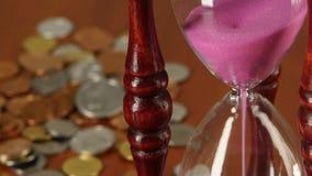 Clessidra sul fondo delle monete Fine in su video d archivio