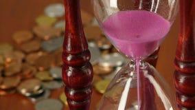 Clessidra sul fondo delle monete Fine in su stock footage