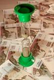 Clessidra sulle rubli russe Immagine Stock Libera da Diritti