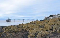 Clevedon-Pier über den Felsen Stockfotos