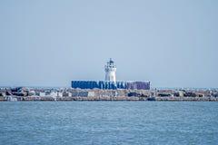 Cleveland Harbor West Pierhead Lighthouse som frysas i is Royaltyfri Bild