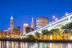Cleveland linia horyzontu z odbiciem przy nocą, Cleveland, Ohio, usa zdjęcia stock