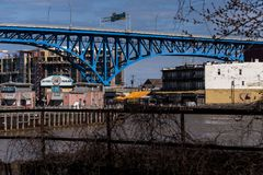 Cleveland Memorial Shoreway Bridge - rota 2 de Ohio - Cleveland, Ohio fotografia de stock