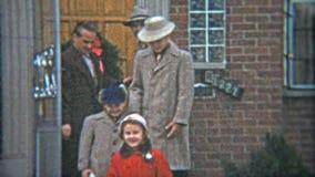 CLEVELAND, OHIO 1953: A forma do gângster vestiu acima a família que sae da casa no tempo de inverno video estoque
