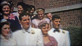 CLEVELAND, OHIO 1953: Las imágenes de la boda con la gente se alinearon para la fotografía grande almacen de video
