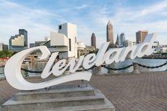 Cleveland Sign und Skyline vom Hafen-Gehweg stockfoto