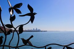 Cleveland Skyline door ijzeromheining bij Dijk 14 Royalty-vrije Stock Foto's