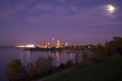 Cleveland-Skyline mit Mond Lizenzfreies Stockbild