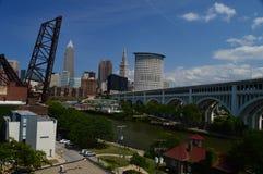 Cleveland Skyline och Detroit-överman bro fotografering för bildbyråer