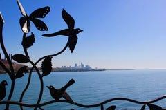 Cleveland Skyline a través de la cerca del hierro en el dique 14 Fotos de archivo libres de regalías