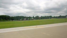 Cleveland, U.S.A. - 06, 2017: aereo pronto per la partenza all'aeroporto internazionale Cleveland del terminale di aeroporto stock footage