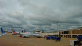 Cleveland, usa - 06, 2017: Pasażerski samolot przygotowywający dla odjazdu przy lotniskiem w Cleveland zbiory