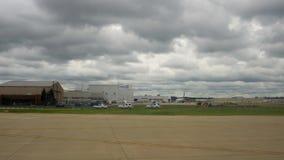 Cleveland, usa - 06, 2017: Pasażerski samolot przygotowywający dla odjazdu przy lotniskiem w Cleveland zbiory wideo