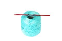 Clew da linha de turquesa com a agulha de crochê isolada no backgr branco fotografia de stock royalty free