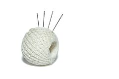 Clew del cotone con gli aghi Immagine Stock Libera da Diritti