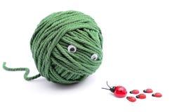Clew van groene draad voor breien geïsoleerd op witte achtergrond Royalty-vrije Stock Foto's