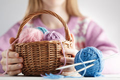 Clew van wol in mand stock afbeeldingen