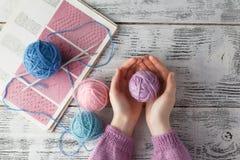Clew van wol in vrouwenhanden royalty-vrije stock fotografie