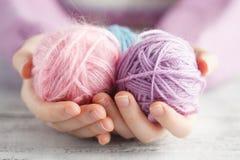 Clew van wol in vrouwenhanden royalty-vrije stock foto's