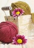 Clews coloridos de lãs para fazer malha Fotografia de Stock Royalty Free