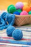 Clews di colore per lavorare a maglia fotografia stock
