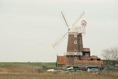 Cley` s windmolen die zich naast het moeras bevinden Stock Afbeelding