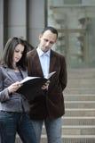 Cliënt die contract bekijkt Stock Fotografie