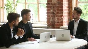 Cliënt die contract het onderhandelen met leveranciers overwegen op vergadering in bureau stock videobeelden