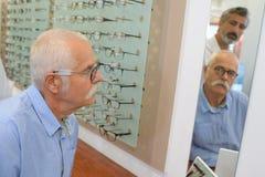 Cliënt die de oogglazen passen stock afbeelding