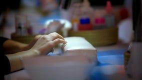 Cliënt die op manicure in schoonheidssalon wachten stock video